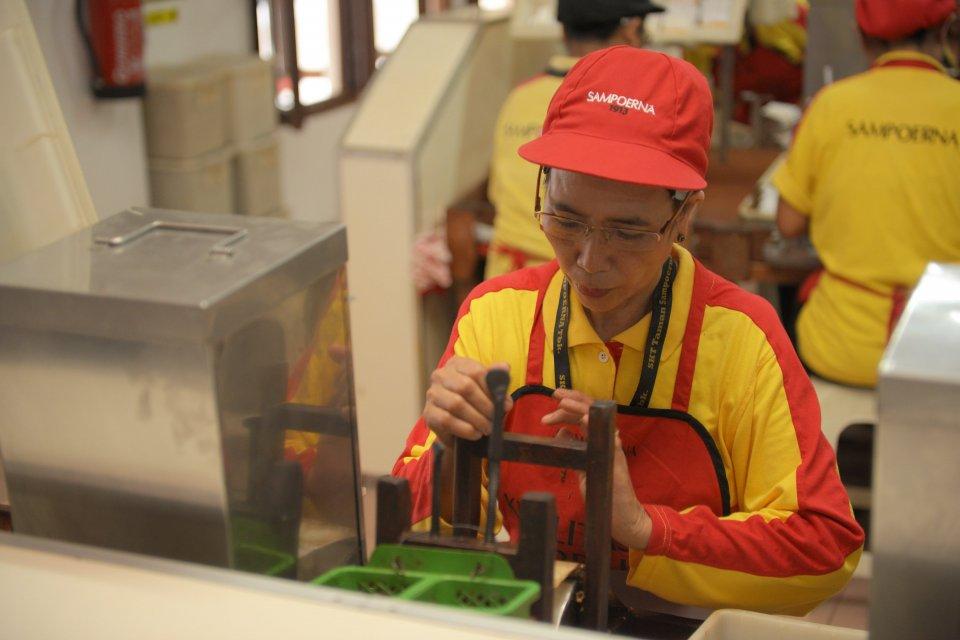 Siti Aisyah, pelinting di Pabrik Sigaret Kretek Tangan (SKT) Taman Sampoerna, Surabaya, Jawa Timur selama 36 tahun.