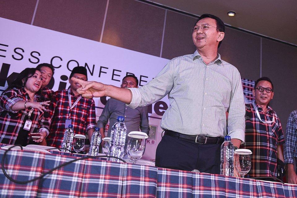 Calon Gubernur DKI Jakarta Basuki Tjahaja Purnama atau Ahok saat memberikan konferensi pers mengenai hasil hitung cepat Pilkada putaran kedua di Jakarta, Rabu (19/4).