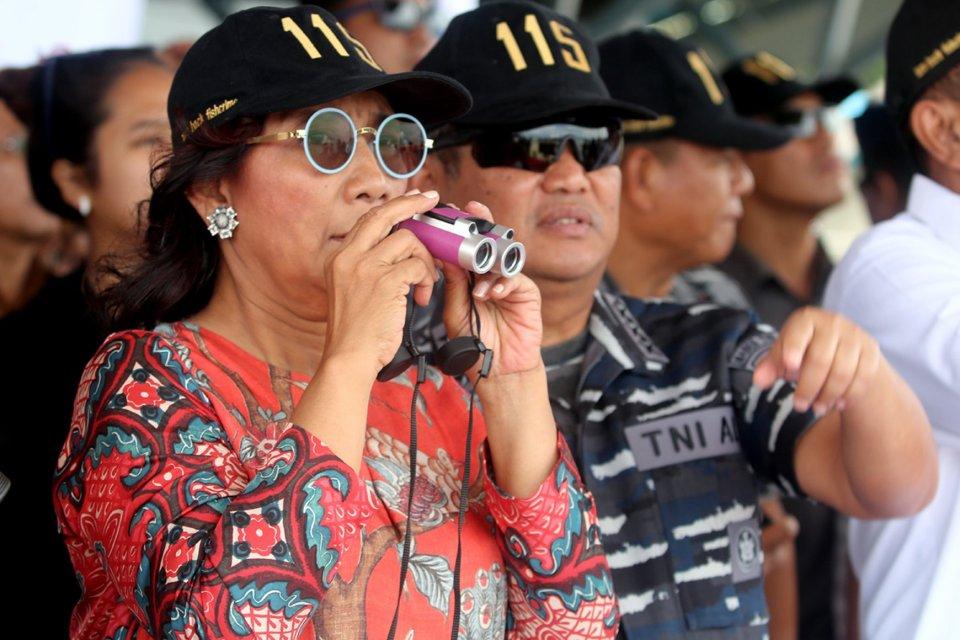 Menteri Kelautan dan Perikanan (KKP) Susi Pudjiastuti didampingi Wakil KSAL Laksdya TNI Achmad Taufiqoerrochman memantau proses penenggelaman kapal pencuri ikan di perairan Pulau Ambon, Maluku, 1 April 2017.