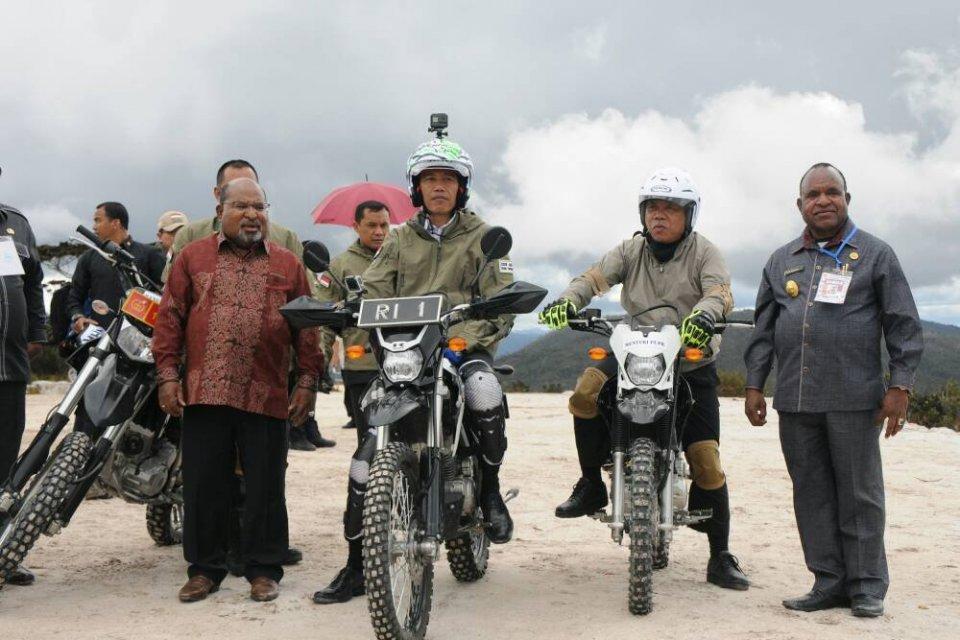 Jokowi di Jalan Trans Papua