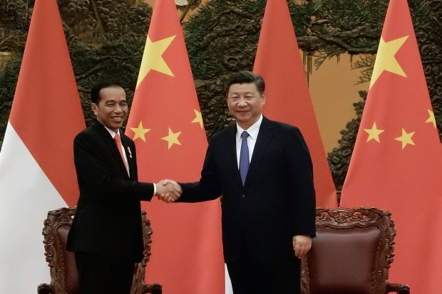 Presiden Joko Widodo (kiri) berjabat tangan dengan Presiden Republik Rakyat Tiongkok Xi Jinping (kanan) saat pertemuan bilateral disela-sela menghadiri KTT One Belt One Road di Gedung Great Hall of the People, Beijing, Minggu (14/5).