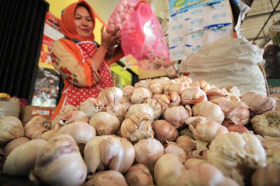 Pedagang bawang putih di Pasar Lhokseumawe, Aceh, Jumat (12/5).
