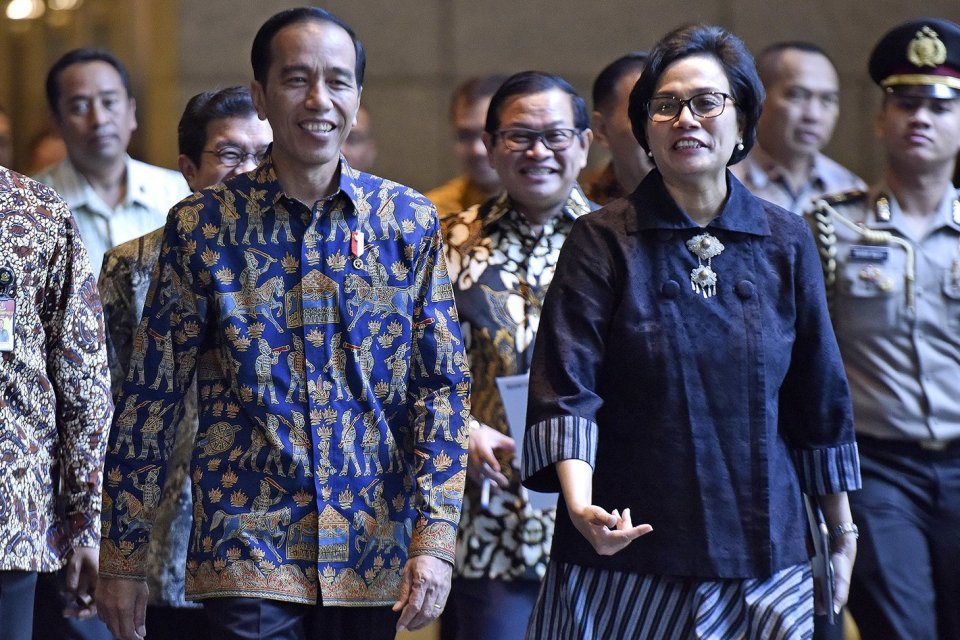 Presiden Joko Widodo (kiri) berbincang dengan Menteri Keuangan Sri Mulyani ketika melakukan kunjungan kerja di Bursa Efek Indonesia, Jakarta, Rabu (4/7).
