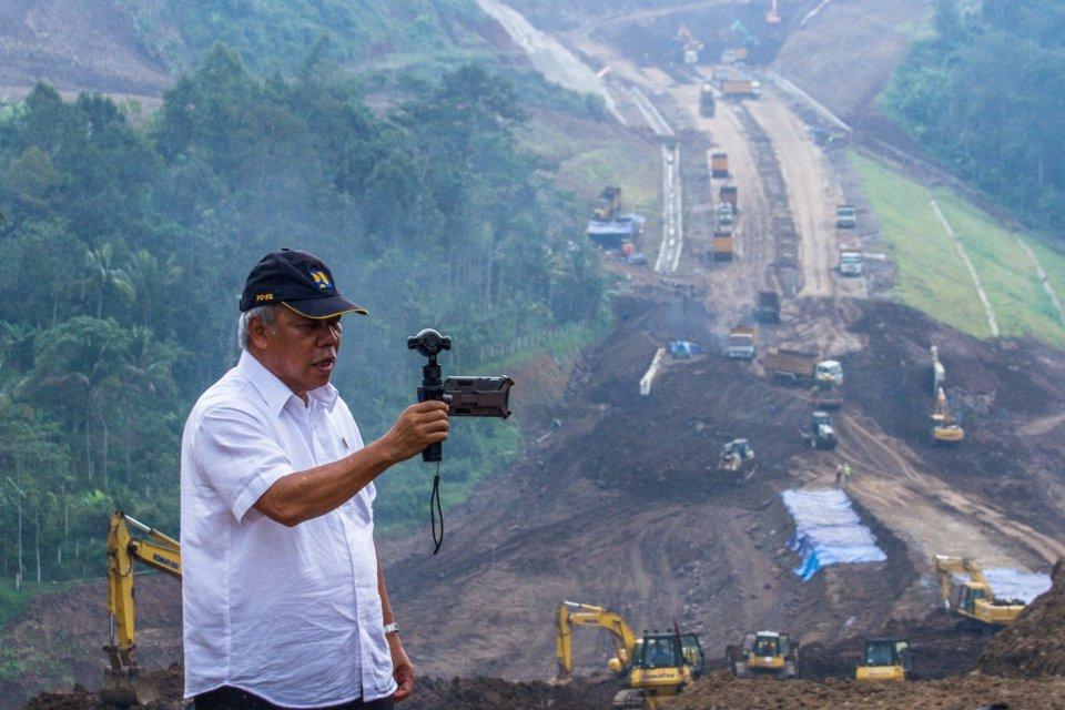 Menteri PUPR Basuki Hadimuljono membuat video blogging perkembangan proyek jalan tol Bawen-Salatiga di Kabupaten Semarang, 7 April 2017.