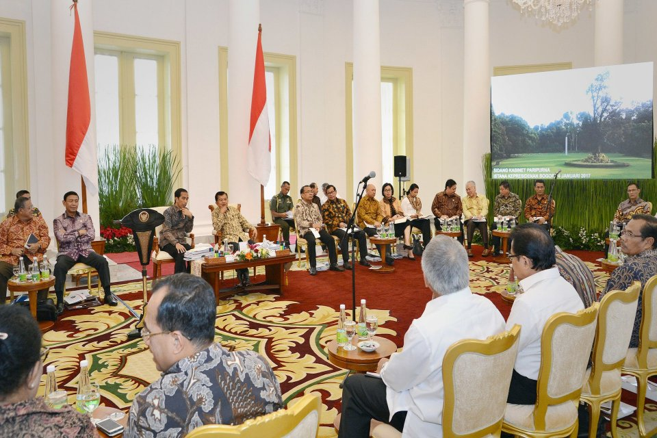 Presiden Joko Widodo memimpin sidang kabinet paripurna di Istana Bogor, Jawa Barat, 4 Januari 2017.