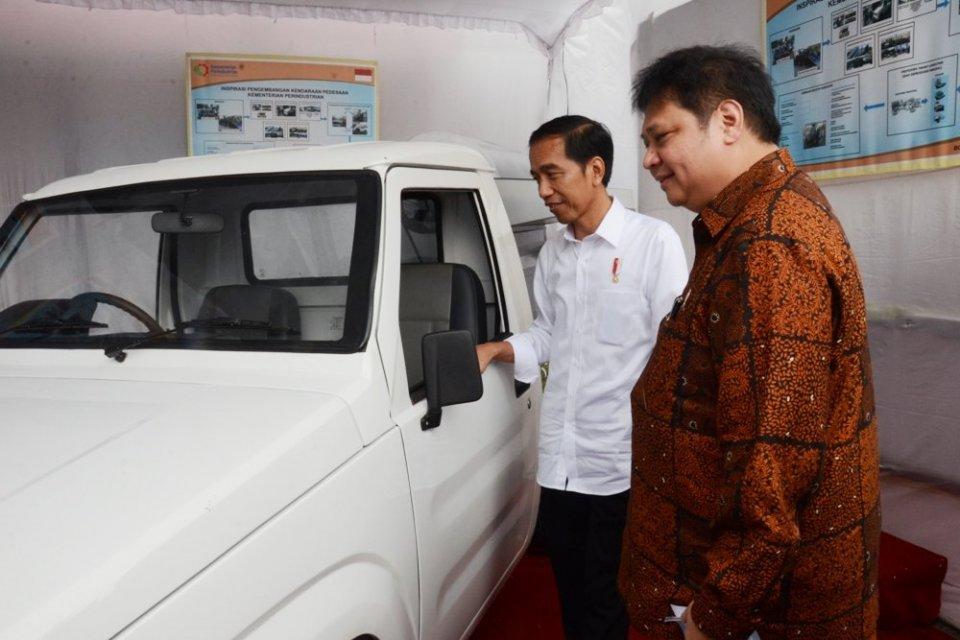 Presiden Joko Widodo dan Menteri Perindustrian Airlangga Hartarto meninjau prototipe mobil desa di Desa Tumang, Boyolali, Jawa Tengah, 30 Januari 2017 lalu.