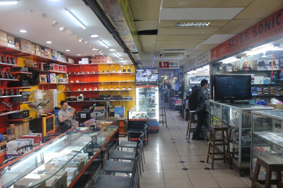 Aktivitas perdagangan di pertokoan Glodok. Aprindo menyatakan ada kenaikan penjualan produk elektronik di di gerai online.