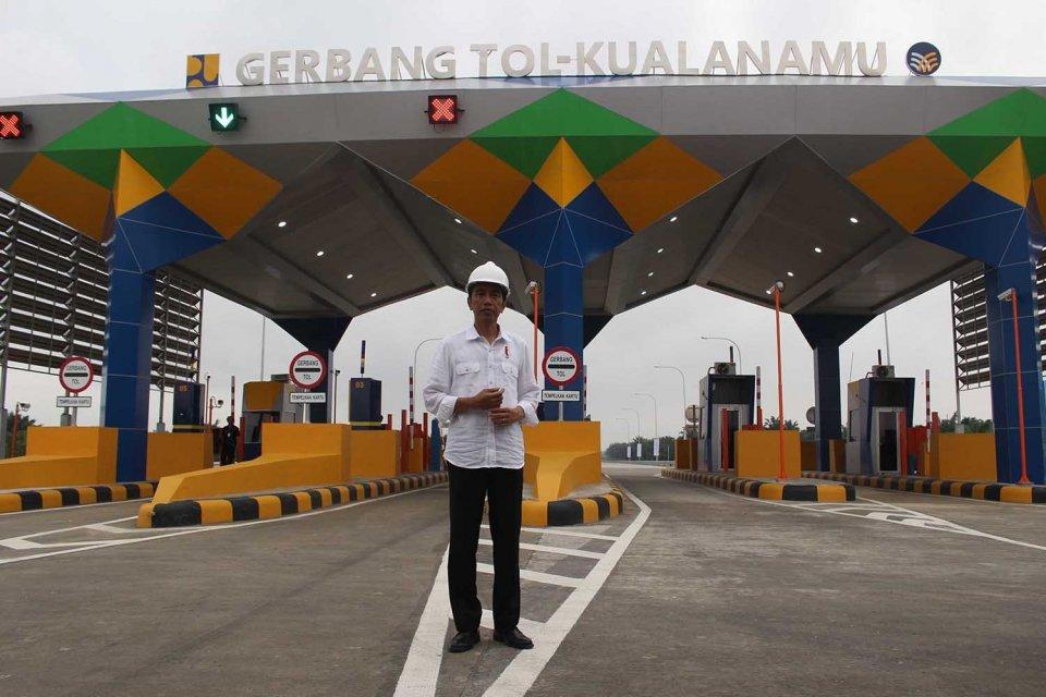 Jokowi di Tol Kualanamu