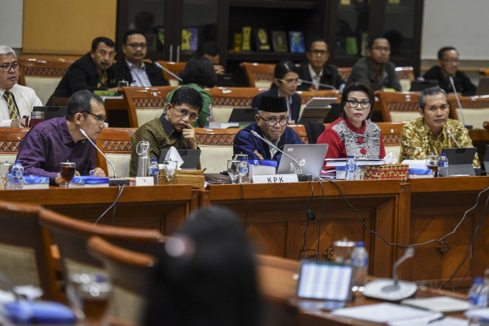 Ketua KPK Agus Rahardjo (tengah) bersama Wakil Ketua KPK Laode M Syarif (kedua kiri), Saut Situmorang (kiri), Basaria Panjaitan (kedua kanan) dan Alexander Marwata (kanan) mengikuti rapat dengar pendapat dengan Komisi III DPR di Kompleks Parlemen Senayan,