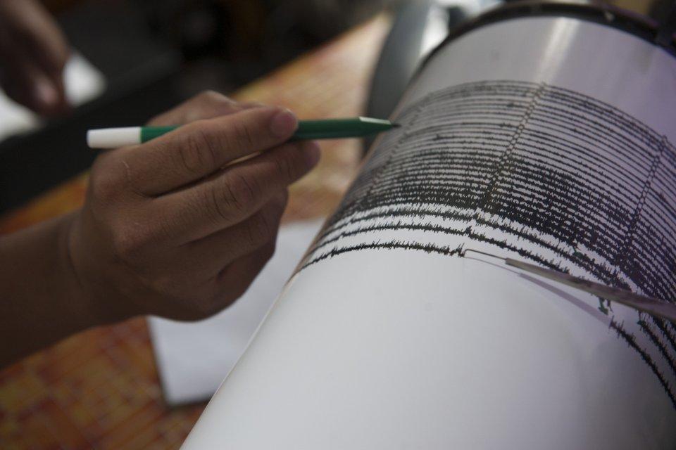 Petugas Pusat Vulkanologi dan Mitigasi Bencana Geologi mengukur besaran gempa tremor pada seismograf, di Pos Pengamatan Gunung Api Agung, Desa Rendang, Karangasem, Bali, Rabu (22/11). Pusat Vulkanologi dan Mitigasi Bencana Geologi mencatat adanya gempa tr