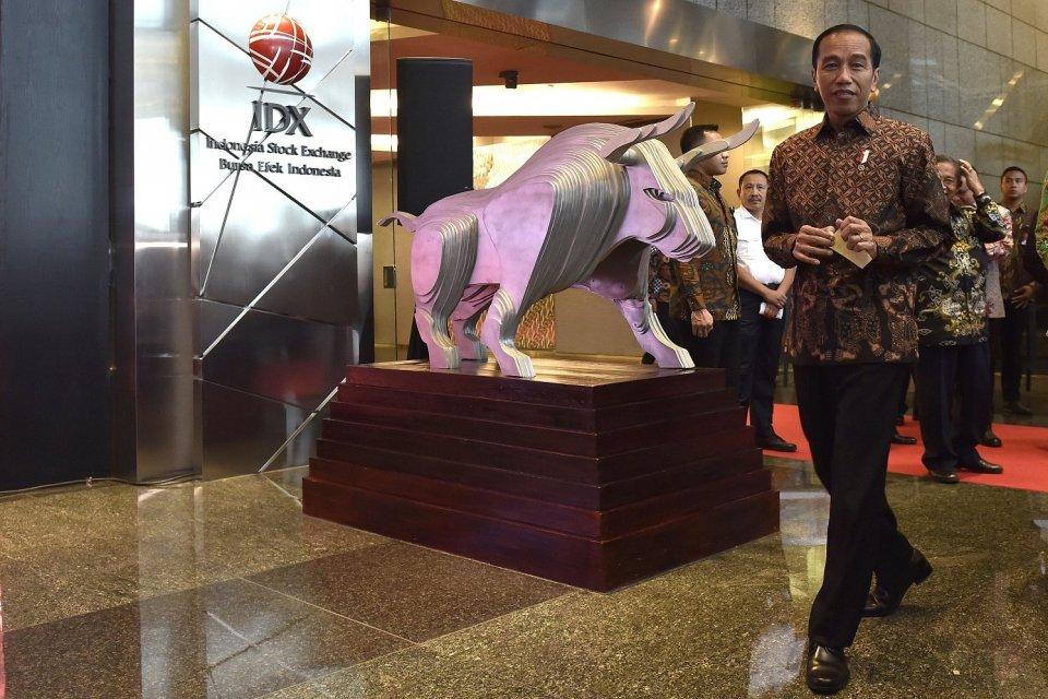 Presiden Joko Widodo meninggalkan Gedung Bursa Efek Indonesia usai menutup perdagangan saham di Jakarta, Jumat (29/12).