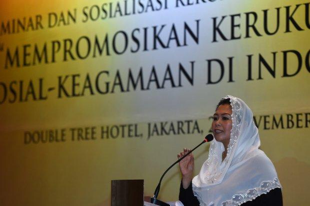 Direktur Wahid Foundation Yenny Wahid memberikan paparan saat seminar dan sosialisasi rekomendasi kebijakan mempromosikan kerukunan sosial keagamaan di Jakarta, Senin (28/11). Yenny ikut berkomentar terkait polemik MUI Jawa Timur soal salam pembuka lintas