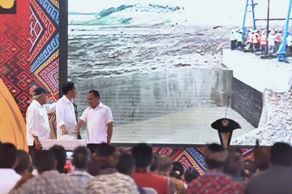 Jokowi Meresmikan Bendungan Raknamo