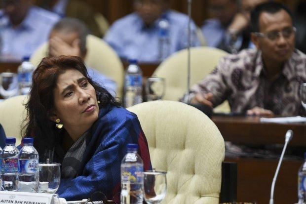 Menteri Kelautan dan Perikanan Susi Pudjiastuti mendengarkan tanggapan anggota dewan saat mengikuti rapat kerja dengan Komisi IV DPR di Kompleks, Parlemen, Senayan, Jakarta (22/1).