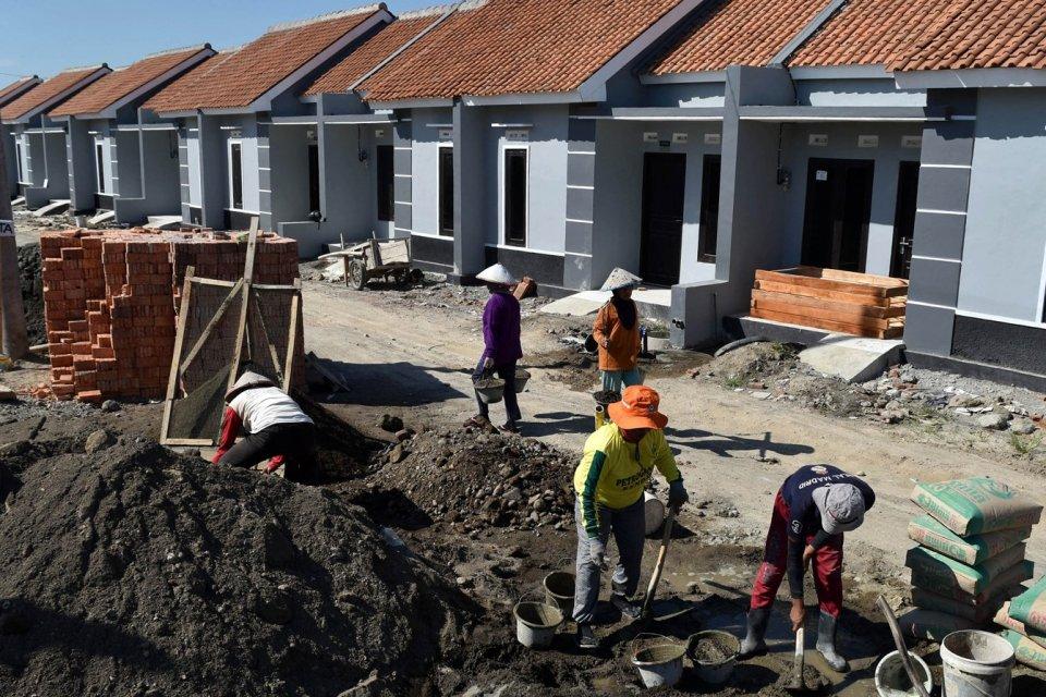 Buruh mengerjakan pembangunan perumahan bersubsidi di Kaliwungu, Kabupaten Kendal, Jawa Tengah, Selasa (1/8). Kementerian Pekerjaan Umum dan Perumahan Rakyat (PUPR) melakukan penyesuaian anggaran untuk Fasilitas Likuiditas Pembiayaan Perumahan (FLPP) 2017