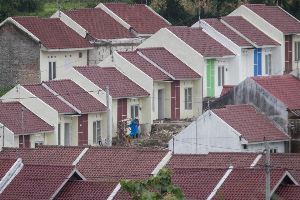 Warga beraktivitas di komplek perumahan baru bersubsidi di kawasan Jeruk Sawit, Gondang Rejo, Karanganyar, Selasa (30/1). Kementerian PUPR mencatat total capaian Program Satu Juta Rumah selama tahun 2017 mencapai 904.758 unit rumah dengan rincian hunian y
