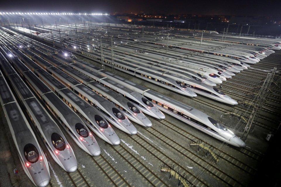 Kereta api peluru berkecepatan tinggi China, Harmony, berada di pusat perawatan, saat dimulainya kesibukan perjalanan Festival Musim Semi, di Wuhan, provinsi Hubei, China, Kamis (1/2).