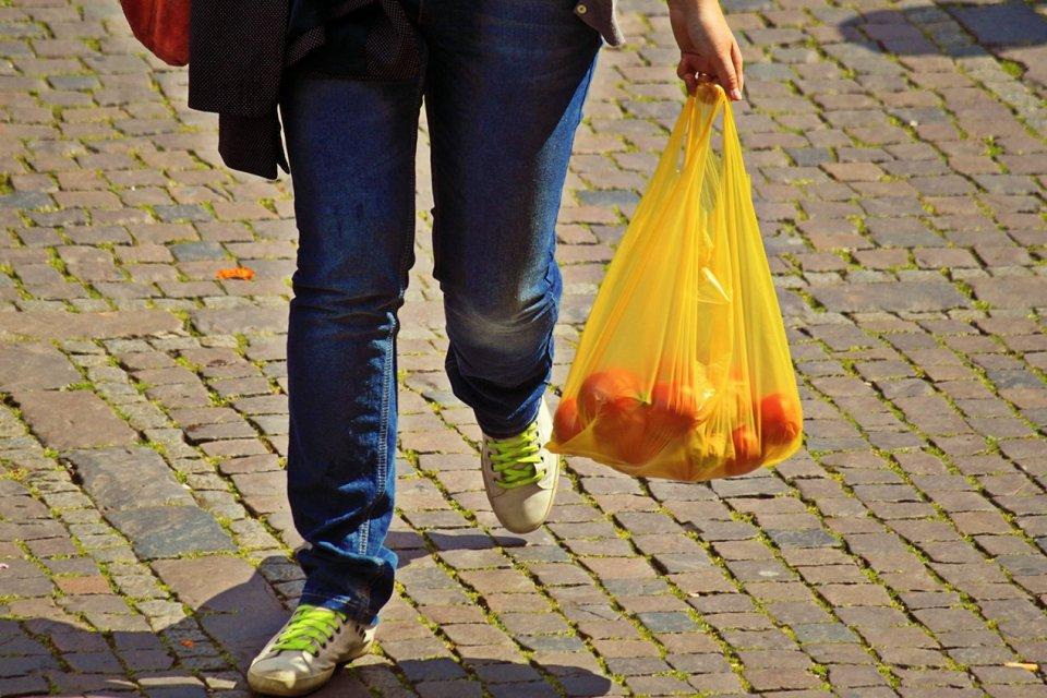produksi kantong plastik turun