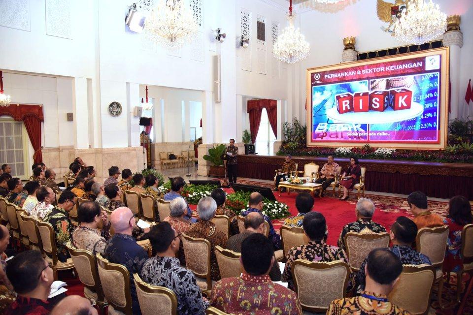 Presiden Jokowi memberikan arahan saat bertemu pimpinan industri perbankan nasional, di Istana Negara, Jakarta, Kamis (15/3)
