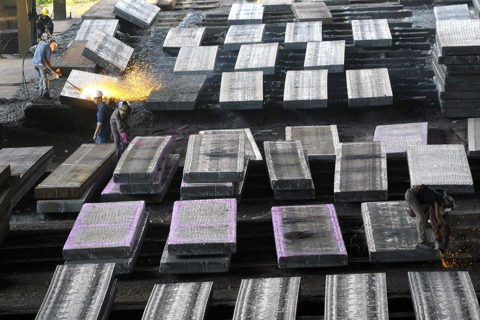 Tiongkok sedang dalam perjalanan menciptakan produsen baja terbesar di dunia, setelah sebelumnya menggabungkan dua raksasa baja milik pemerintah sebagai cara meningkatkan efisiensi industrinya.