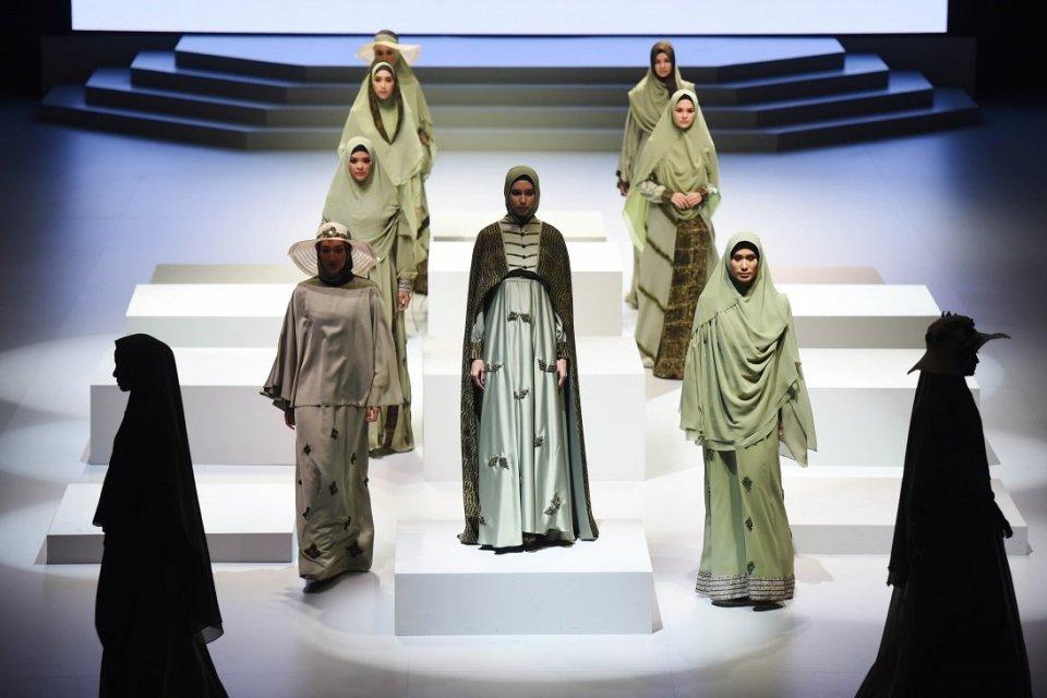 Mode memperagakan busana muslim di ajang Indonesia Fashion Week beberapa waktu lalu. Bisnis busana muslim sangat menjanjikan. Indonesia menargetkan bi