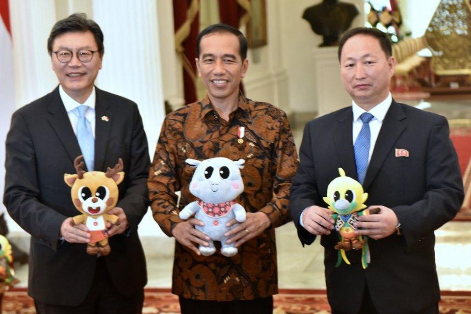 Presiden Jokowi bersama Dubes Korut dan Dubes Korsel