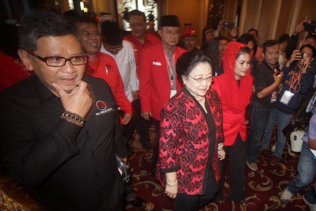 Ketua Umum PDIP Megawati Soekarnoputri (kanan) didampingi Sekjen PDIP Hasto Kristiyanto (kiri) menghadiri Rapat Kerja Daerah Khusus PDIP, di Surabaya, Jawa Timur, Sabtu (3/2/2018).