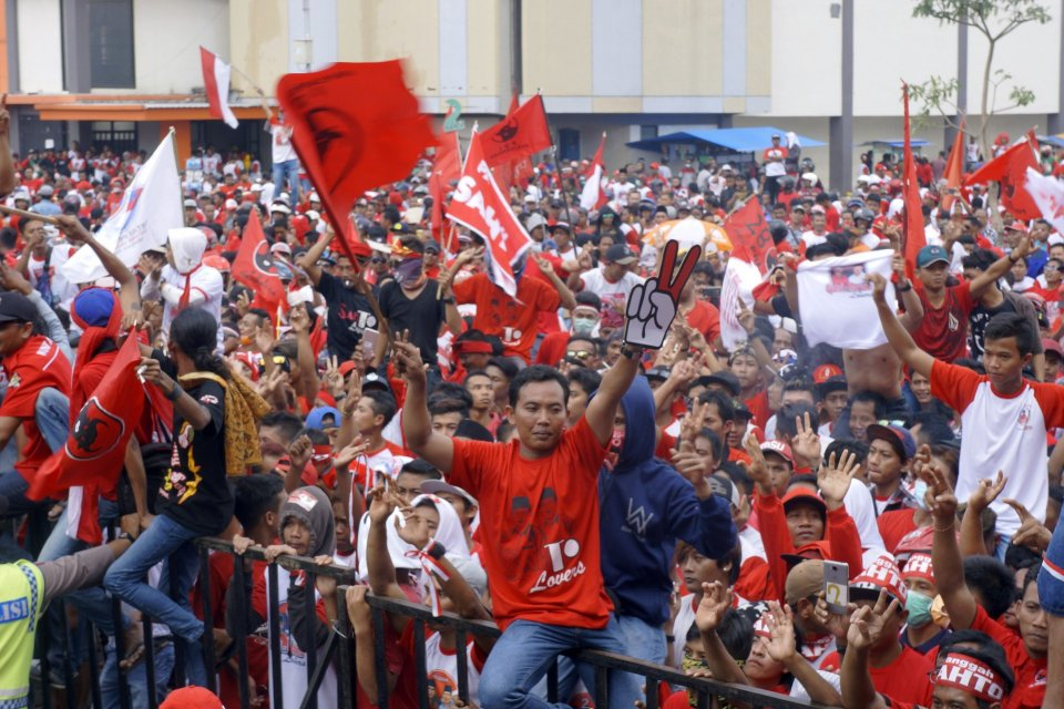 Massa PDIP saat kampanye Pilada 2018 di lapangan GOR Lembupeteng, Tulungagung, Jawa Timur, Kamis (21/6/2018).