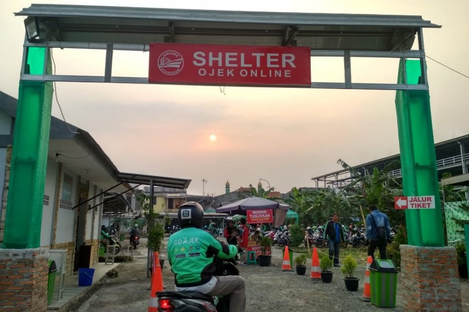 Shelter Ojek Online di Stasiun Depok Baru