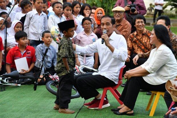 Jokowi Bermain Bersama Anak