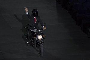Presiden Jokowi mengendarai motor gede
