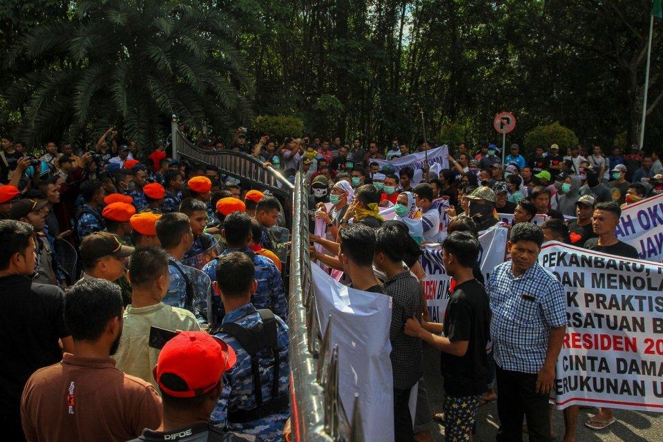 massa menolak gerakan #2019gantipresiden