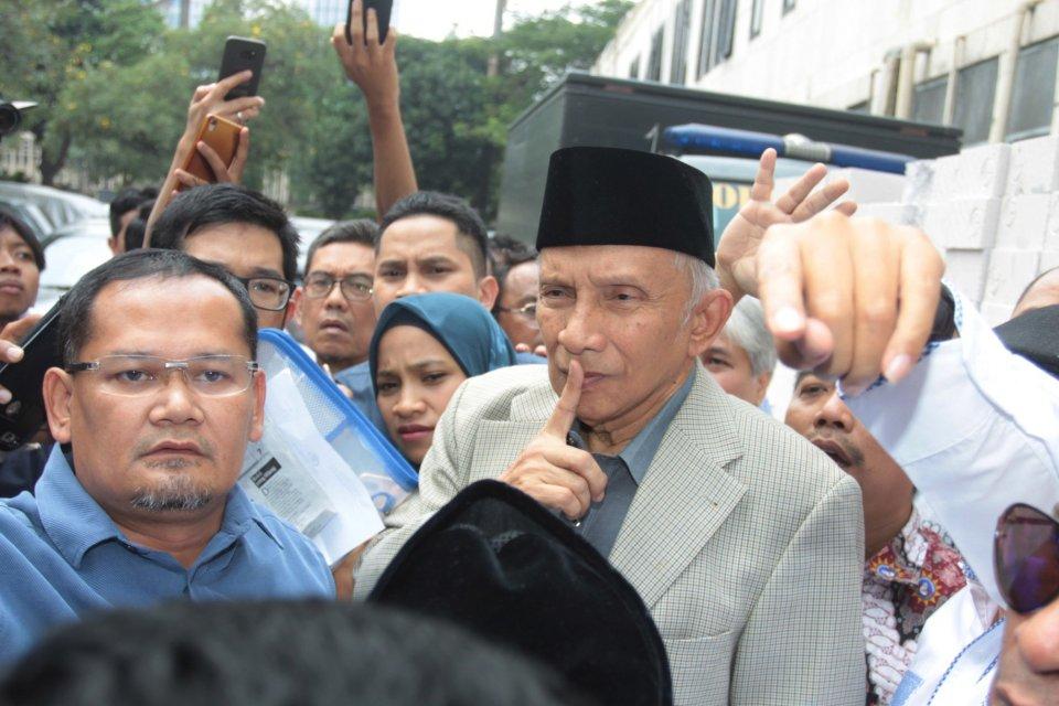 Ketua Dewan Kehormatan Partai Amanat Nasional (PAN) Amien Rais bersiap menjalani pemeriksaan di Direktorat Kriminal Umum Polda Metro Jaya, Jakarta, Rabu (10/10/2018).