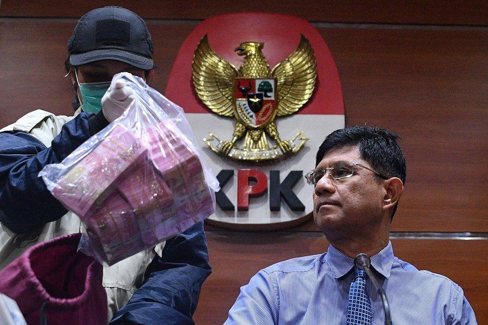 KPK, Jokowi, Petral, Helikopter AW 101. KPK mengatakan ada dua kasus yang menjadi perhatian Presiden Joko Widodo alias Jokowi karena penyelesaiannya memerlukan waktu. Keduanya adalah pengadaan Helikoper AW 101 dan dugaan suap perdagangan minyak mentah ek