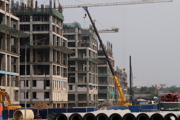 Pekerja beraktivitas di kawasan proyek pembangunan Apartemen Meikarta di Cikarang, Kabupaten Bekasi, Jawa Barat. KPK tengah menelusuri peran korporasi dalam kasus suap perizinan megaproyek Meikarta.