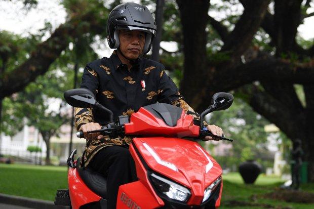 Presiden Joko Widodo menjajal motor listrik buatan dalam negeri Gesits seusai melakukan audiensi dengan pihak-pihak yang terlibat proses produksi di halaman tengah Istana Kepresidenan, Jakarta, Rabu (7/11/2018). Audiensi tersebut membahas persiapan produk