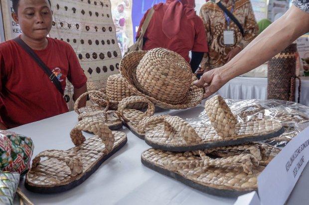 Pengunjung memilih produk kerajinan di stan produk Bursa Inovasi Desa di Kabupaten Pekalongan