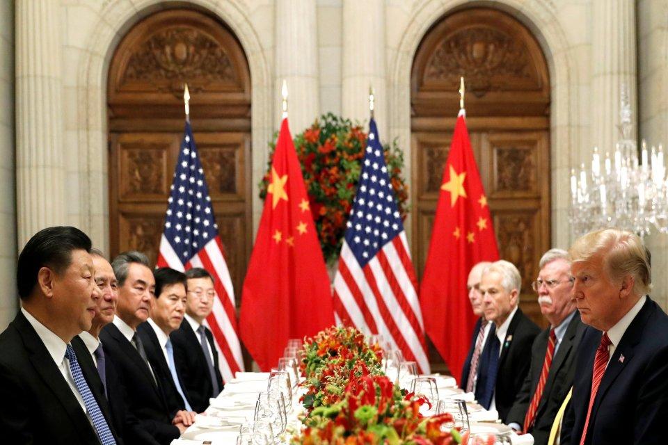 Presiden Amerika Serikat (AS) Donald Trump, Menteri Luar Negeri AS Mike Pompeo, penasehat keamanan nasional AS John Bolton dan Presiden China Xi Jinping menghadiri jamuan makan malam setelah ktt pemimpin negara G20 di Buenos Aires, Argentina, Sabtu (1/12)