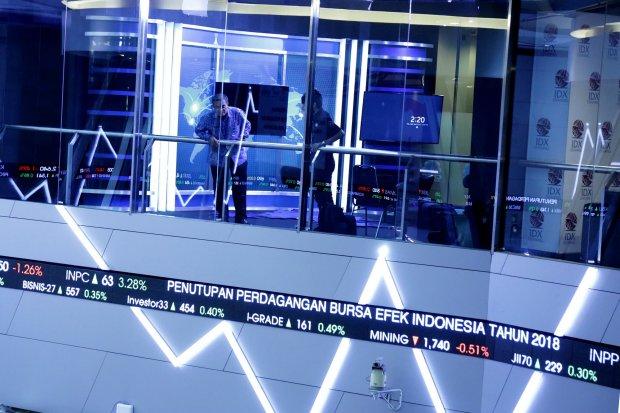 Bursa Efek Indonesia mengadakan konferensi pers mengenai Pengumuman Perdagangan Bursa Efek Indonesia 2018 di Bursa Efek Indonesia, Jakarta Selatan (27/12). Direktur Utama BEI Inarno Djajadi mengatakan dirinya optimis dengan pergantian tahun ini, meski ta