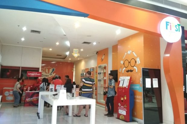 Beberapa pelanggan melakukan proses refund di gerai Bolt, Puri Kembangan, Jakarta, Selasa (1/1).
