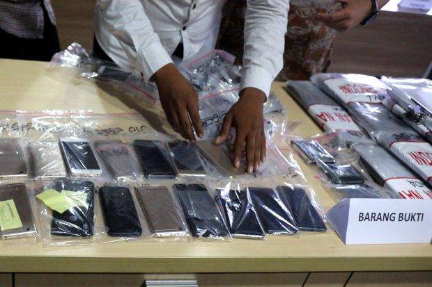 Barang bukti saat rilis kasus tindak pidana Fintech Ilegal, di kantor Direktorat Tindak Pidana Siber Bareskrim Jalan Taman Jati Baru No.1 Tanah Abang Jakart (8/1).