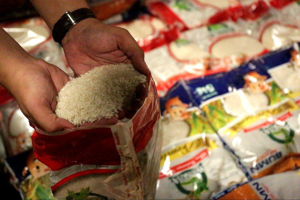 Selain memasarkan penjualan beras lewat toko online, Bulog juga akan mengembangan 50 varian beras untuk dijual secara komersil.