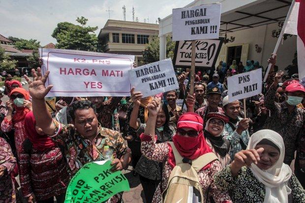 Sejumlah guru honorer melakukan unjuk rasa menuntut pengangkatan mereka menjadi Pegawai Negeri Sipil (PNS), di Yogyakarta.