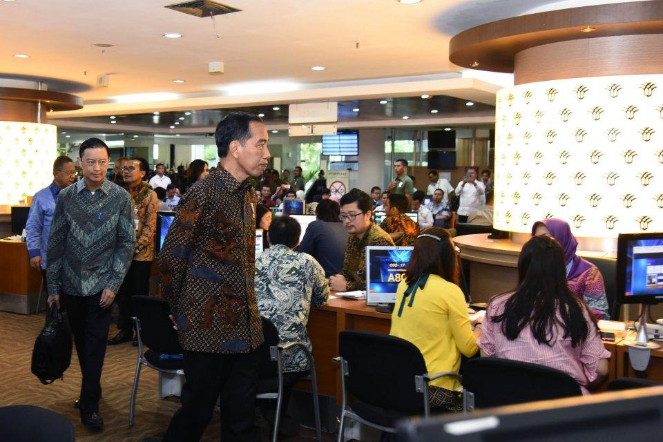 Jokowi Tinjau Sistem Perizinan Online