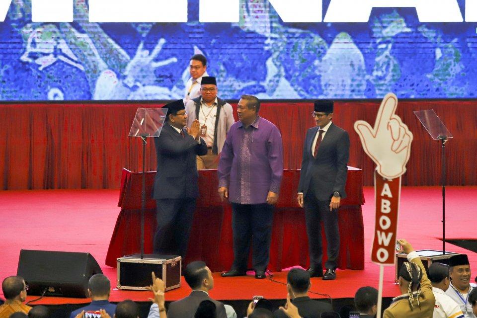 Calon Presiden dan Wakil Presiden nomor urut 02 Prabowo Subianto (kiri) dan Sandiaga Uno (kanan) berfoto bersama dengan Ketua Umum Partai Demokrat Susilo Bambang Yudhoyono (tengah) usai menyampaikan pidato kebangsaan di Jakarta Convention Center, Jakarta,