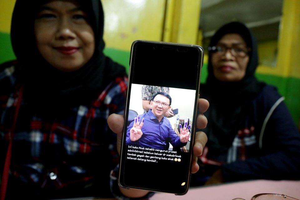 Anggota Ahokres menunjukan foto Mantan Gubernur DKI Jakarta, Basuki Tjahaja Purnama , Kelapa Dua, Depok, (24/1).