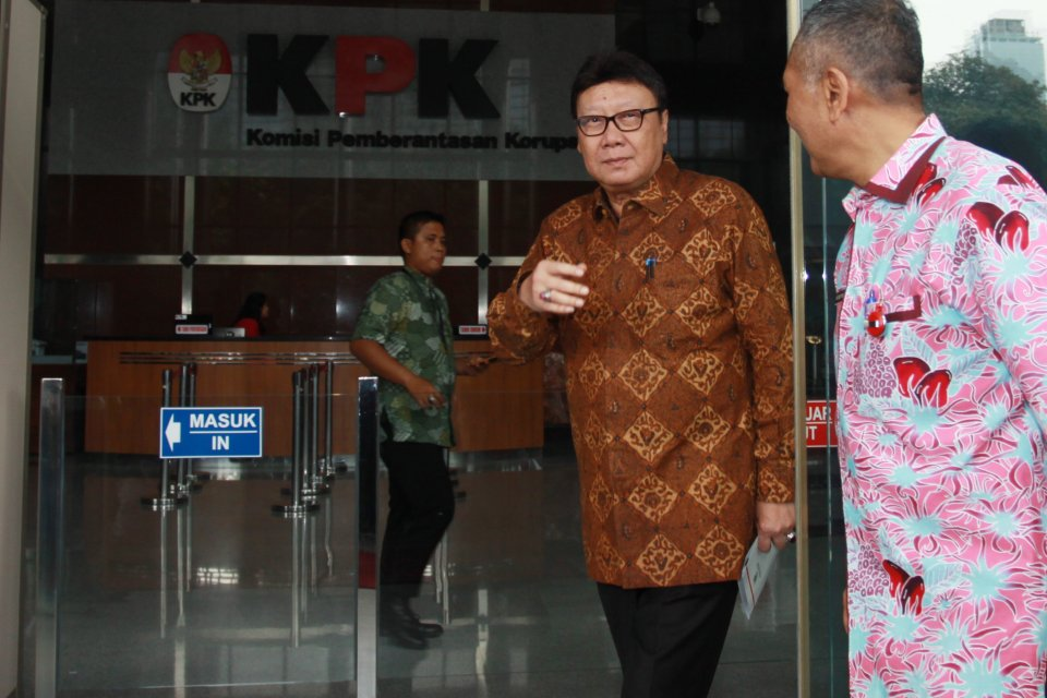 Mendagri Tjahjo Kumolo (tengah) berjalan keluar Gedung KPK usai menjalani pemeriksaan di Jakarta, Jumat (25/1/2019). KPK memeriksa Tjahjo Kumolo sebagai saksi untuk tersangka Bupati nonaktif Bekasi Neneng Hassanah Yasin terkait kasus dugaan suap pada pros