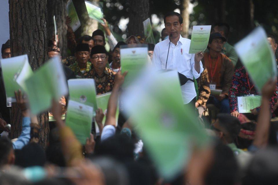 Presiden Joko Widodo Bagikan SK Hutan Sosial untuk Rakyat