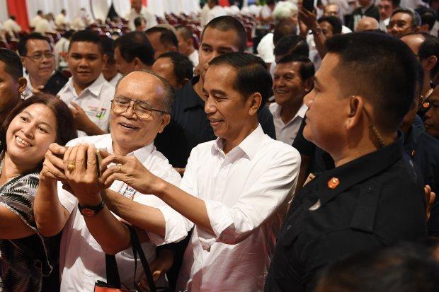 Calon Presiden nomor urut 01 Joko Widodo (kedua kanan) berfoto dengan peserta ketika menghadiri silaturahmi dengan purnawirawan TNI - Polri di JI Expo,Kemayoran Jakarta, Minggu (10/2/2019). Dalam silaturahmi tersebut sekitar seribu purnawirawan TNI - Polr
