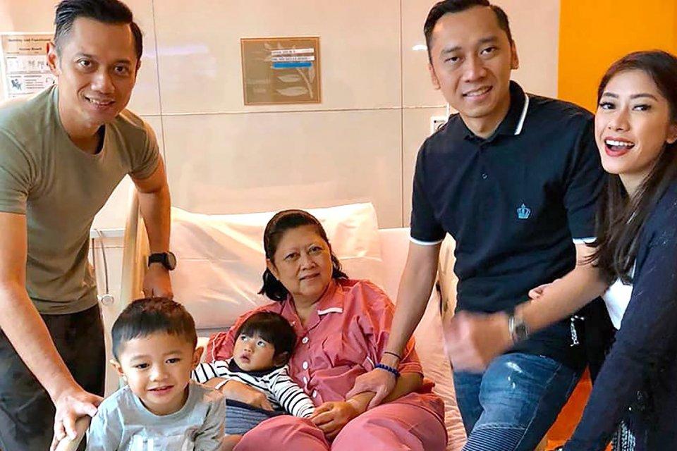 Ibu Ani Yudhoyono dirawat di Rumah Sakit Universitas Nasional Singapura, ditemani cucu, kedua anaknya, dan menantunya.